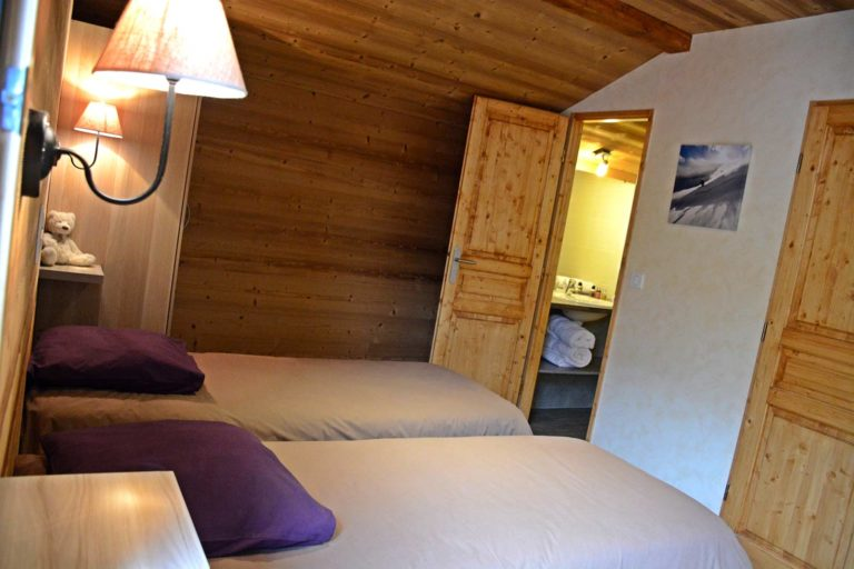 Ensuite twin room in chalets Lacuzon