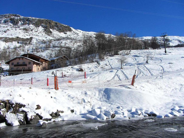 Ski slope down to le Bettaix village