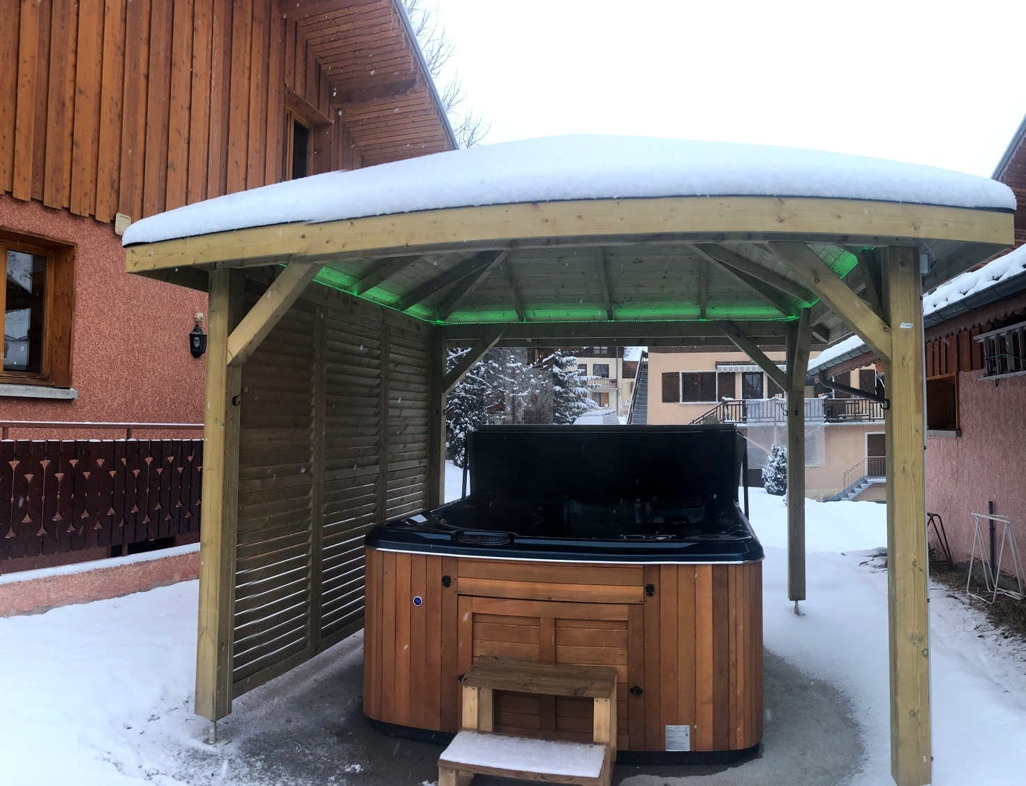 Chalet Snow Valley- hot tub outside